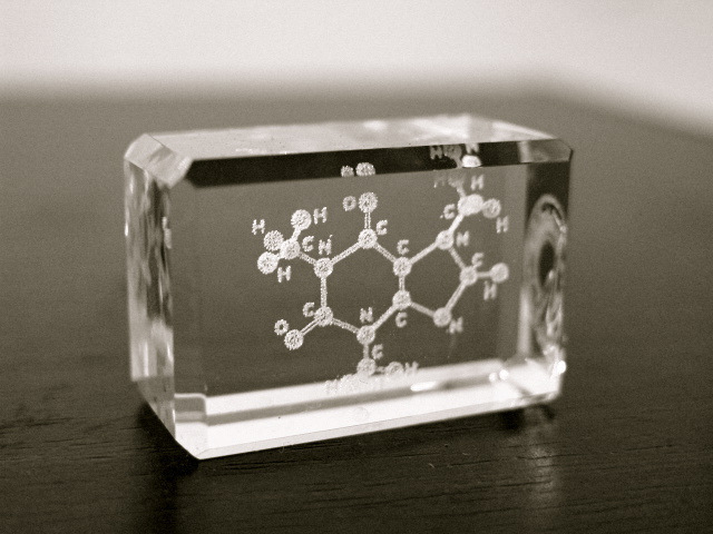 Laser_glass_sculpture_caffeine_molecule-1