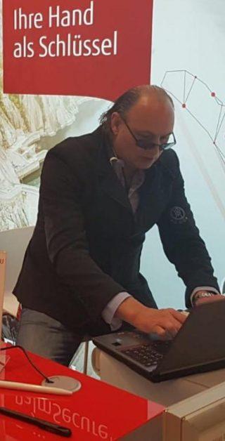 https://lasermotion.de/wp-content/uploads/2019/11/Raoul-Einicke-Lasergravur-320x628.jpg